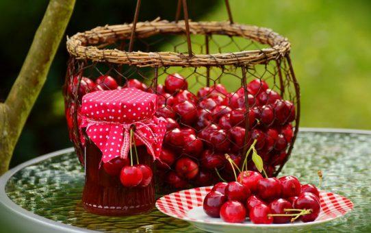 Przetwory wiśniowe - jak ułatwić sobie pracę?